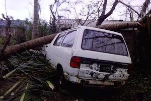 Vom Zyklon zerstörtes Auto auf Vanuatu