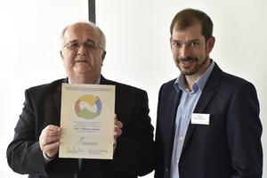 Denis Theurillat, Präsident der AGCK.CH präsentiert die Urkunde des Gaststatus; Peter Schneeberger, designierter VFG-Präsident